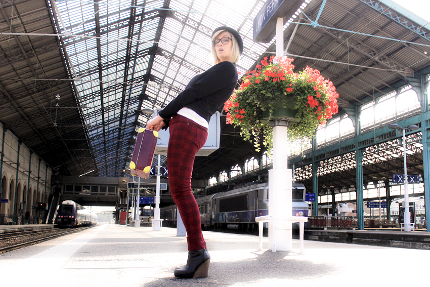 street look/fashion blogger/artlex/tartan/boyish style/rock/train station/DIY suitcase/british