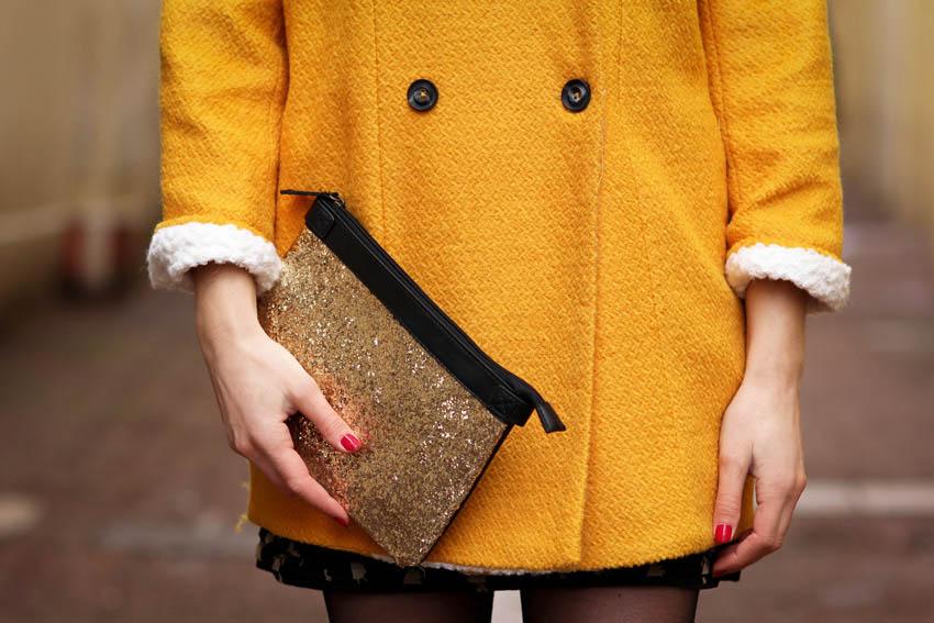 manteau jaune pochette dorée