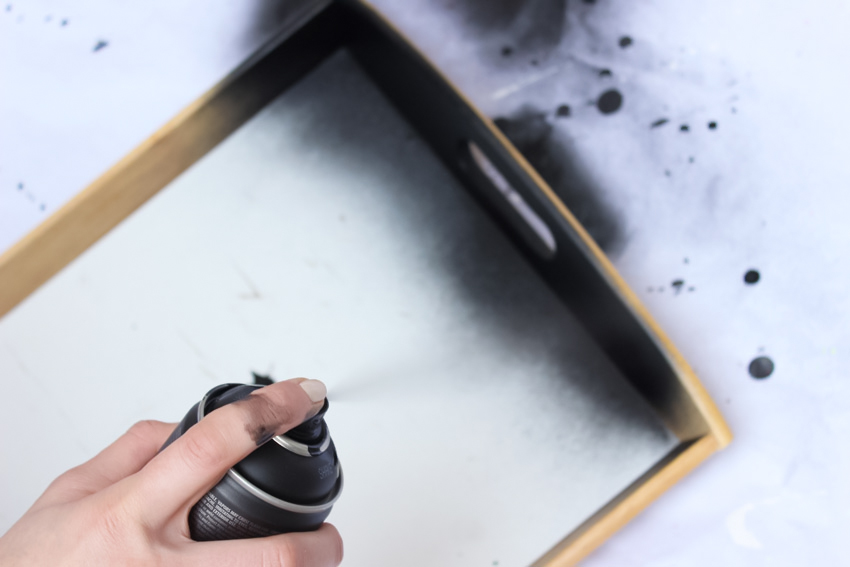 peindre un plateau à la bombe