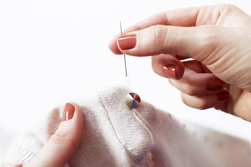 coudre perles sur pull DIY